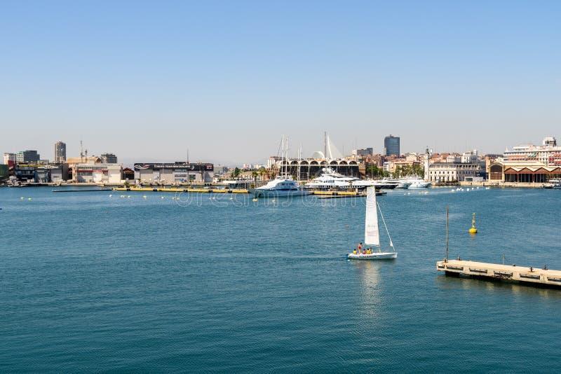 Giro della barca della gente in Marina Real Juan Carlos Port di Valencia City immagini stock libere da diritti