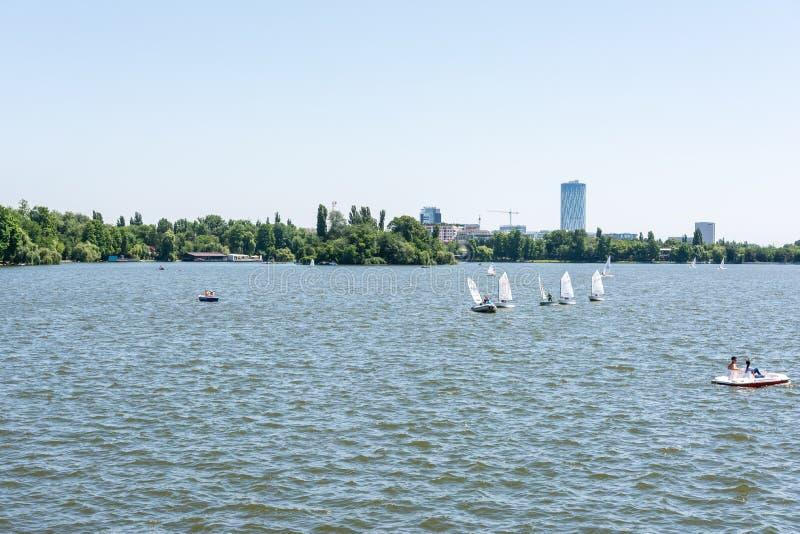 Giro della barca della gente sul lago Herastrau immagine stock