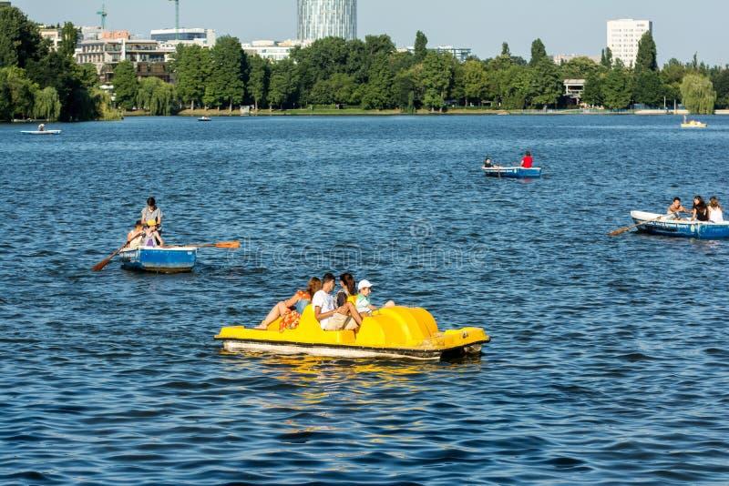 Giro della barca della gente sul lago Herastrau fotografie stock