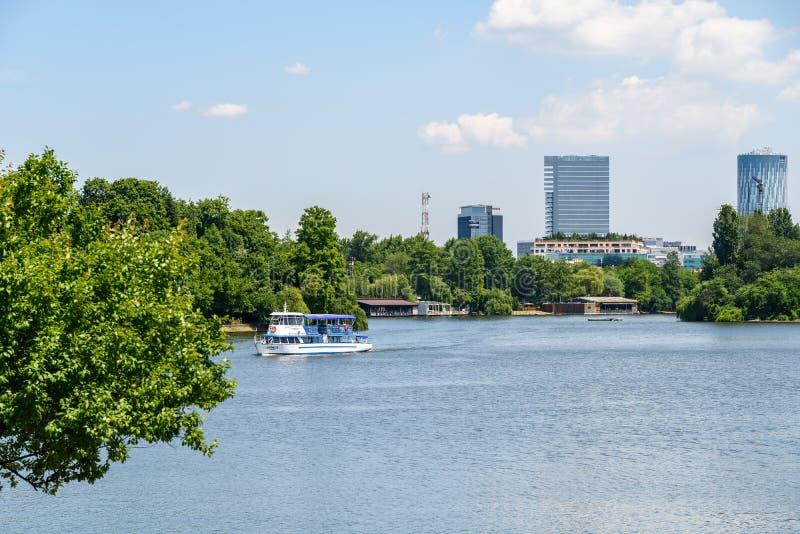 Giro della barca della gente sul lago Herastrau nel parco pubblico di Herastrau immagini stock libere da diritti