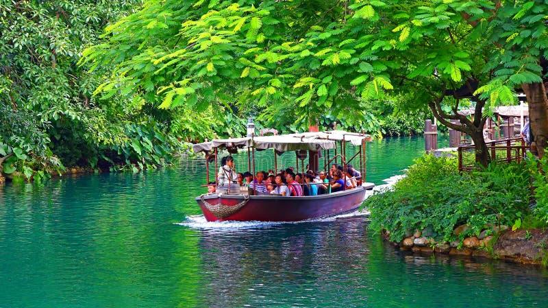 Giro della barca della giungla a Disneyland Hong Kong immagini stock