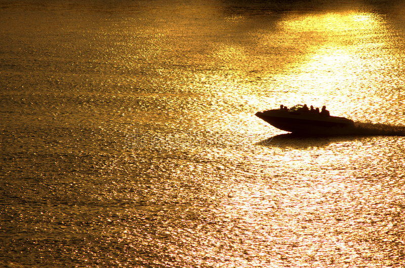 Giro della barca di tramonto fotografia stock