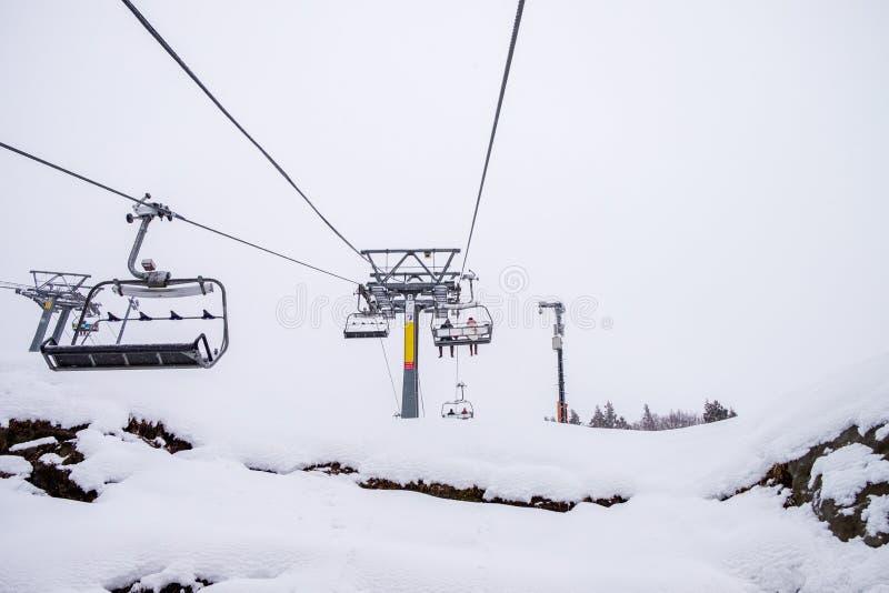 Giro della cabina di funivia fino all'area dello sci, che è alla cima fotografia stock