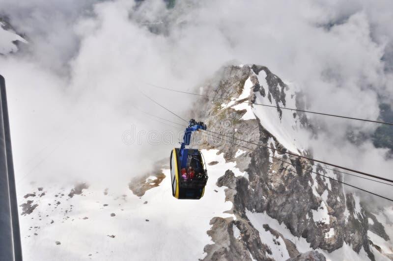 Giro della cabina di funivia sopra le nuvole fotografia stock