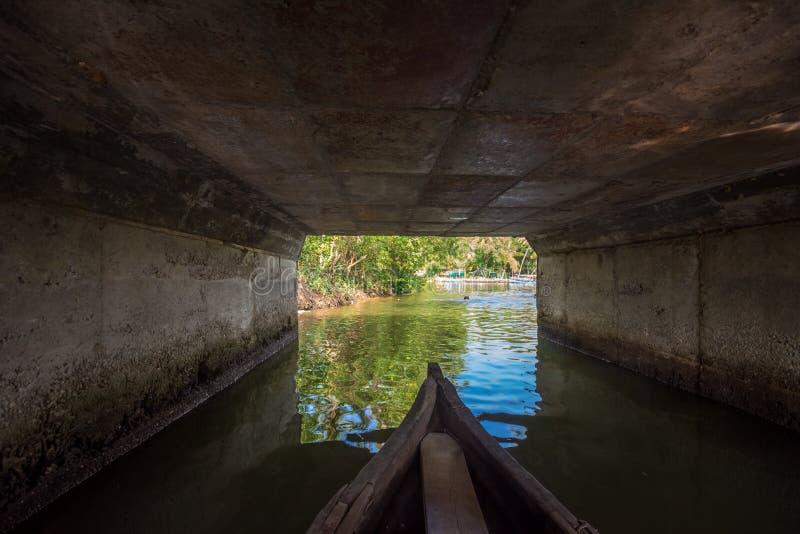 Giro della canoa sotto il ponte nell'isola di Munroe immagini stock libere da diritti