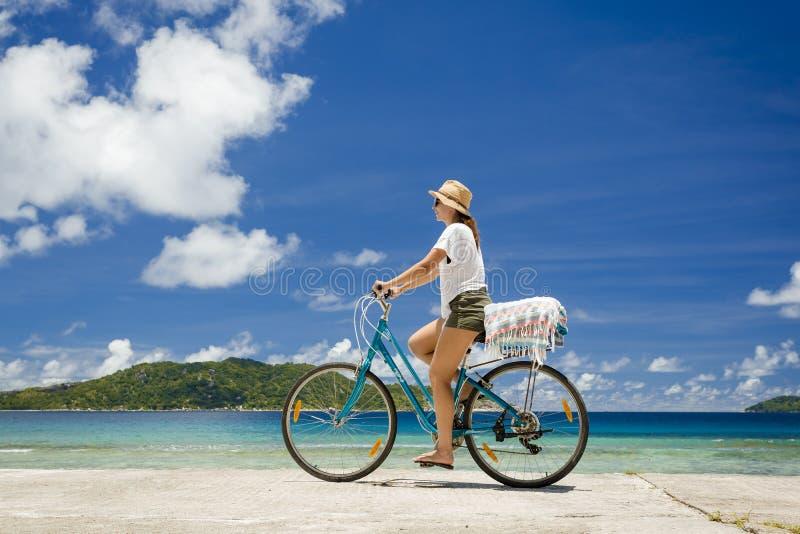 Giro della donna lungo la spiaggia immagini stock