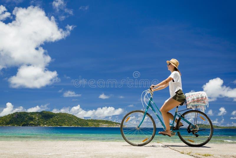 Giro della donna lungo la spiaggia immagini stock libere da diritti