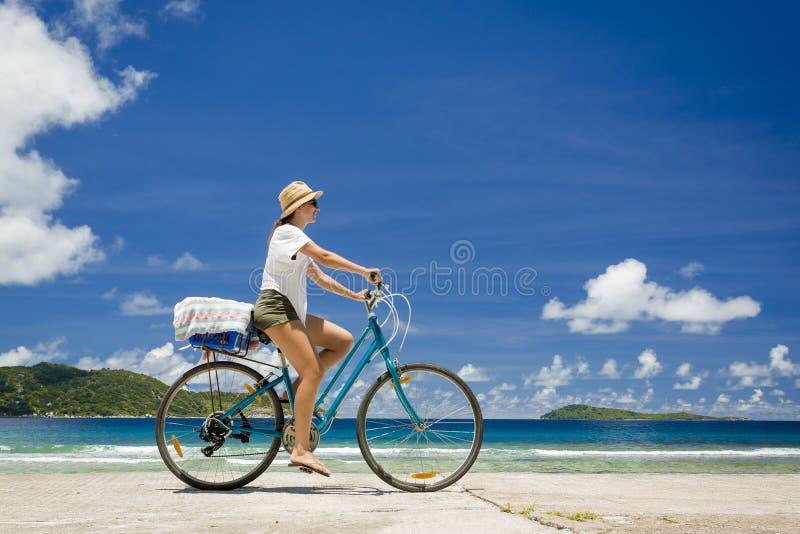 Giro della donna lungo la spiaggia fotografia stock