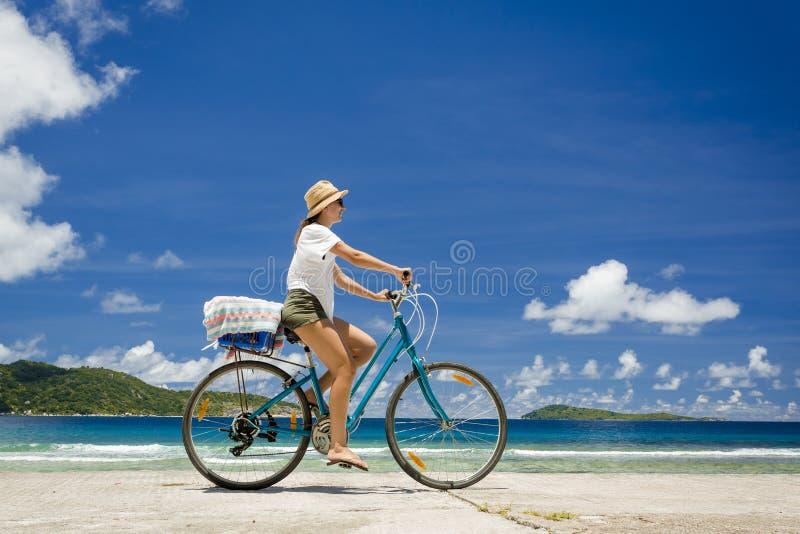 Giro della donna lungo la spiaggia immagine stock libera da diritti