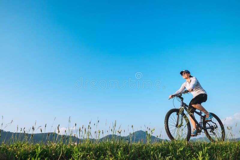 Giro della donna una bici: attività di estate immagine stock libera da diritti