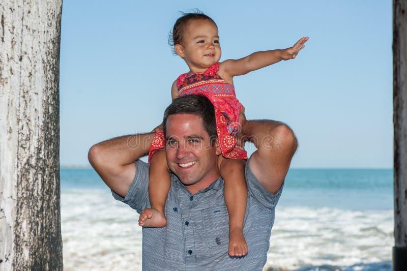 Giro di divertimento sulle spalle del papà fotografie stock