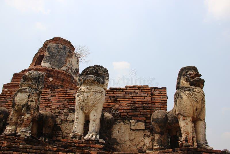 Giro e pagode antichi di forma di Bell con il leone dello stucco immagine stock