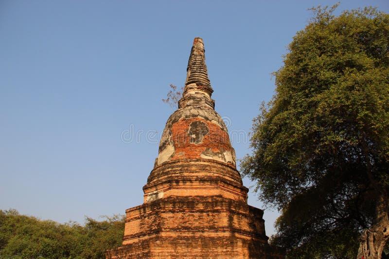 Giro e pagode antichi di forma di Bell con la foglia verde immagini stock libere da diritti
