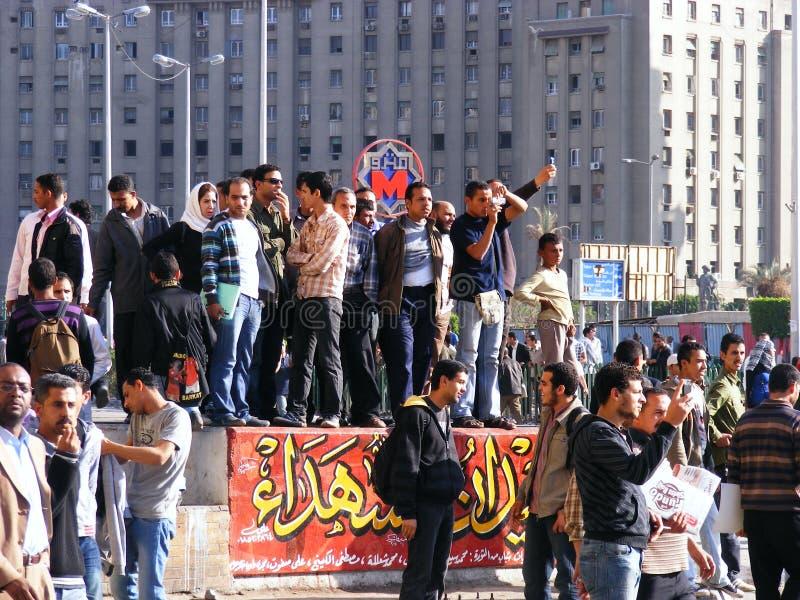 La gente che si riunisce nel quadrato di Tahrir fotografia stock