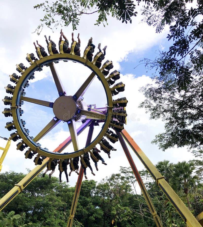 Giro estremo di divertimento del parco di divertimenti della ruota fotografie stock