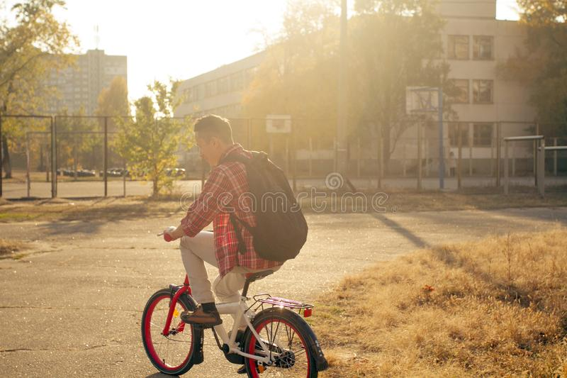 Giro felice dell'uomo la bicicletta fotografia stock