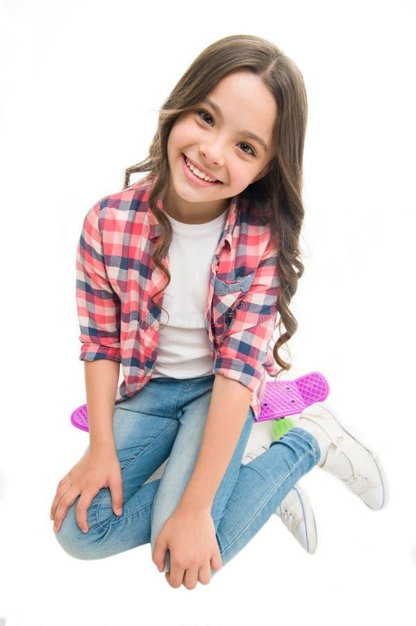 Giro felice La ragazza del bambino felice si siede il bordo del penny Originalmente progettato come le ragazze pattinano Hobby te immagini stock libere da diritti