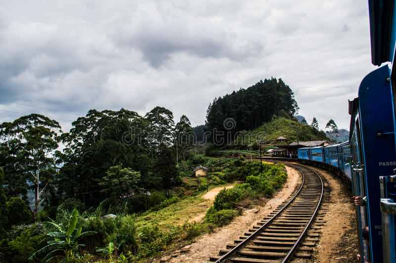 Giro scenico del treno con Mountain View fra Kandy e Ella immagine stock