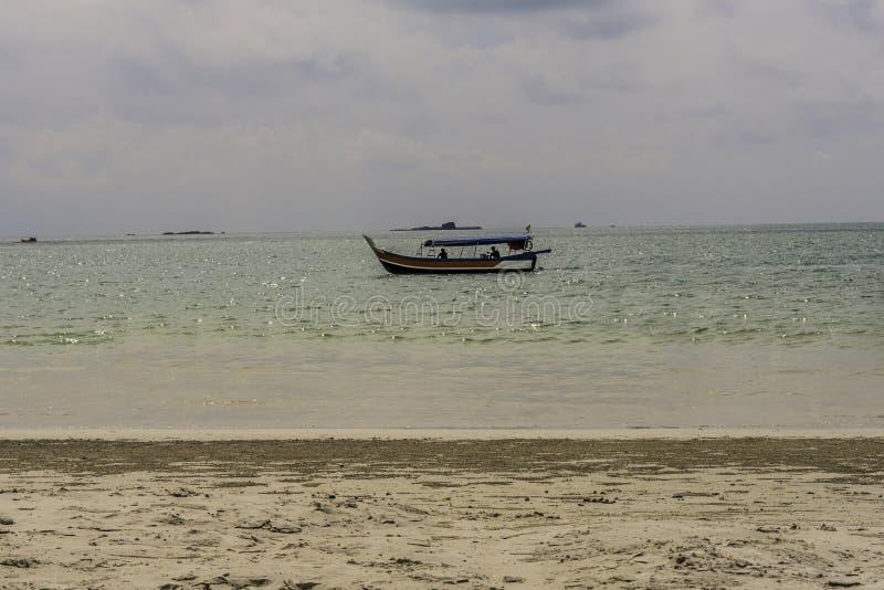 Giro tipico della barca sul cenang langkawi Malesia della spiaggia fotografie stock libere da diritti