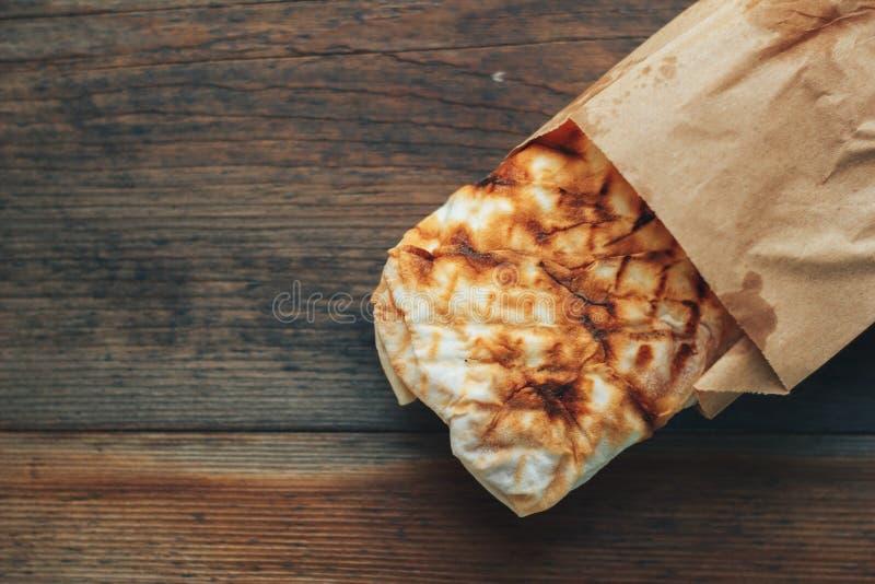 Girobussole Shawarma di kebab di Doner con carne, insalata, cipolla, pomodoro immagine stock