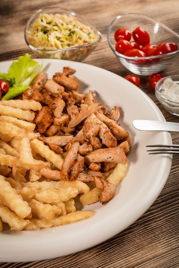 Girocompases griegos SID con las fritadas y la ensalada foto de archivo