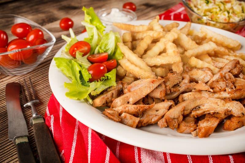 Girocompases griegos SID con las fritadas y la ensalada imagen de archivo
