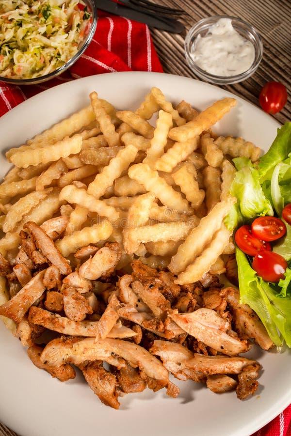 Girocompases griegos SID con las fritadas y la ensalada fotografía de archivo libre de regalías