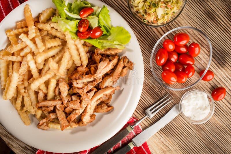 Girocompases griegos SID con las fritadas y la ensalada imagenes de archivo