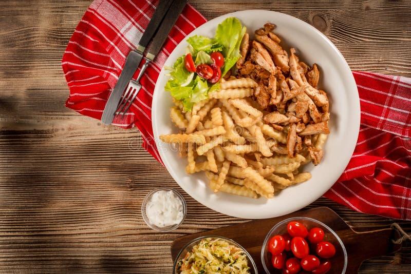 Girocompases griegos SID con las fritadas y la ensalada imagen de archivo libre de regalías