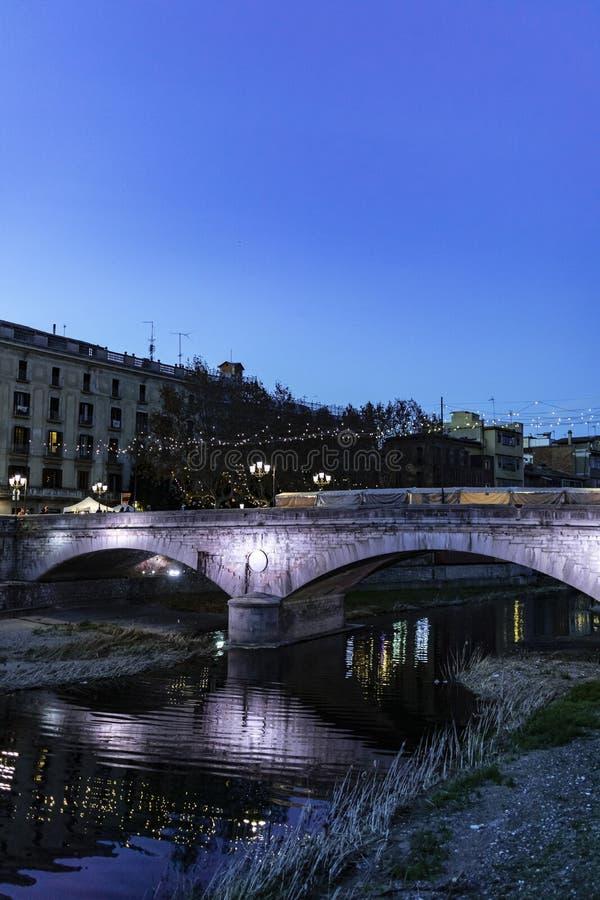 Girona γέφυρα πετρών ορόσημων τη νύχτα στοκ εικόνα με δικαίωμα ελεύθερης χρήσης