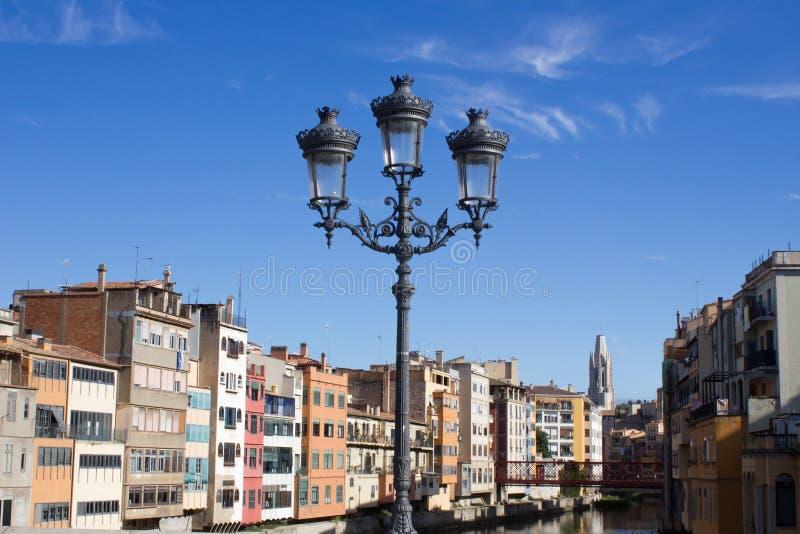 Girona, Ισπανία - 15 Σεπτεμβρίου 2016: άποψη σχετικά με Girona την όχθη ποταμού Παλαιό φανάρι στη γέφυρα στοκ φωτογραφία με δικαίωμα ελεύθερης χρήσης