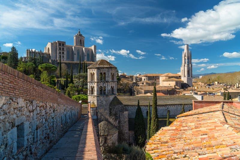 Girona cityscape, mening van de oude stadsmuren royalty-vrije stock foto's