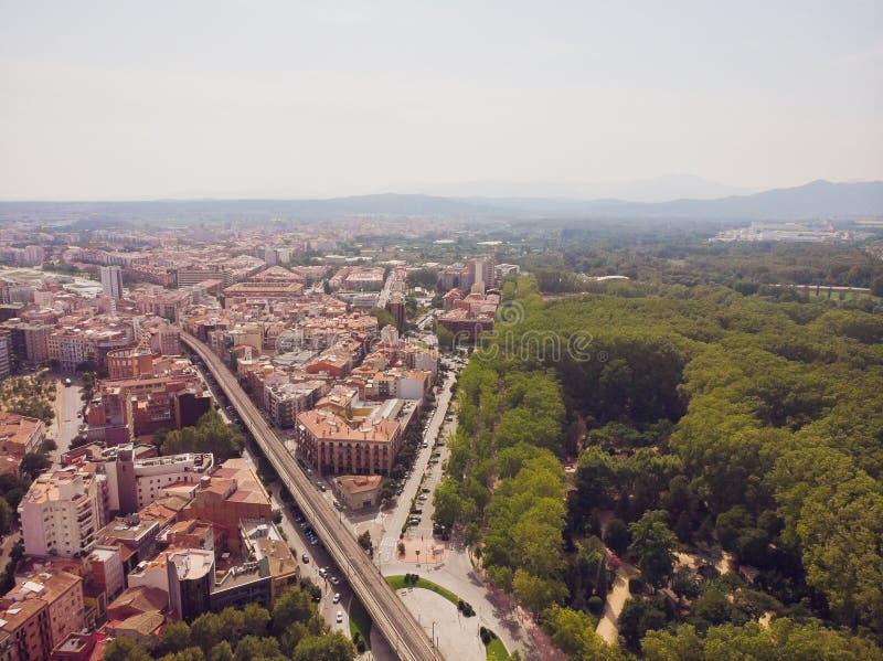 Girona - ciudad en Cataluña, España Puente del río de Onyar, arquitectura mediterránea colorida Catedral prominente imagen de archivo