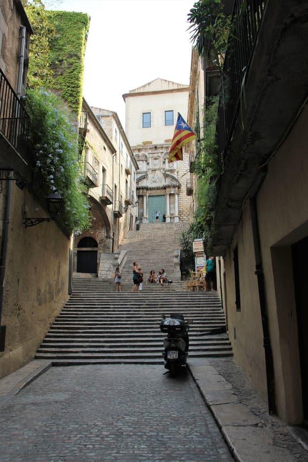 Girona, Espanha, em agosto de 2018 Rua que conduz à catedral católica fotos de stock