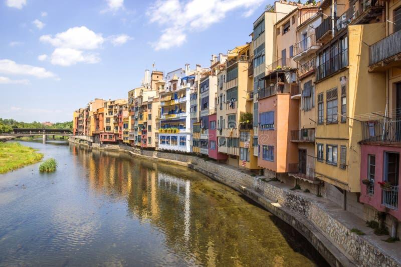 Girona - Kleurrijke huizen stock afbeeldingen