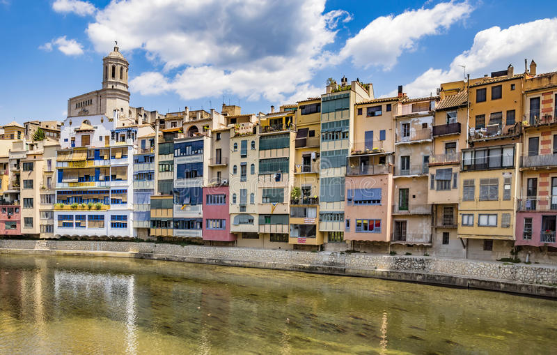 Girona - Kleurrijke huizen royalty-vrije stock afbeeldingen