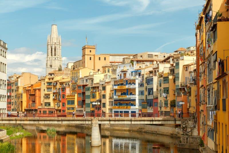 Girona Mång--färgade fasader av hus på floden Onyar royaltyfria bilder