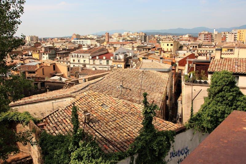 Girona, Spanien, im August 2016 Ansicht der Dächer und der Gebäude der alten Stadt von der Seite der Festung lizenzfreie stockfotos
