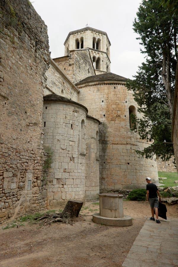 Girona, Spanien, im August 2018 Mittelalterliche Kathedrale und alter Brunnen lizenzfreie stockbilder