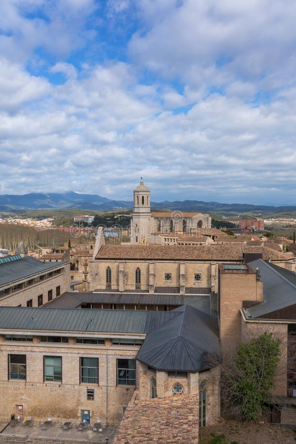 Girona stadsmening met daken en Kathedraal stock foto