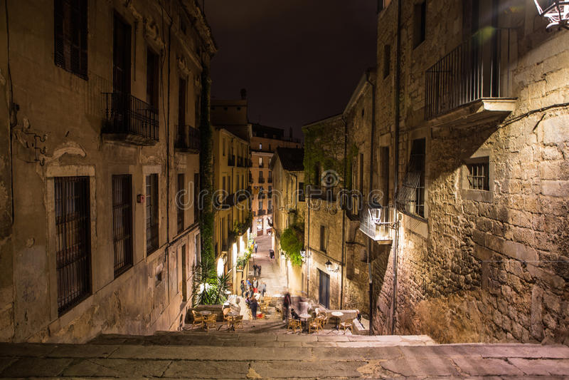 Girona uliczny widok z kawiarnią w starym miasteczku w nocy zdjęcia stock