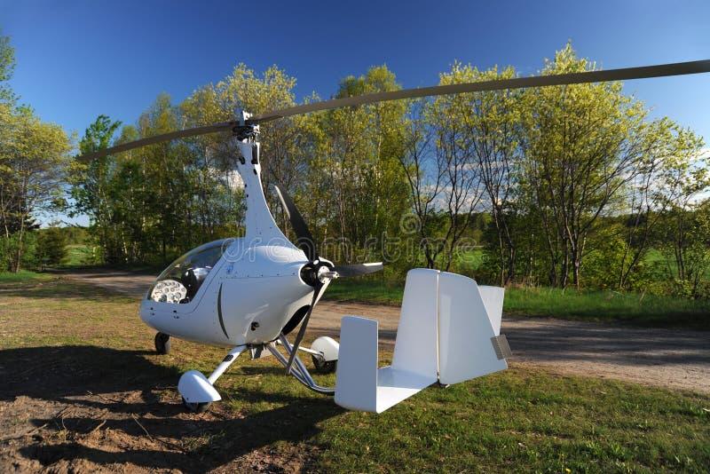 Giroplano blanco parqueado en el campo de aviación privado foto de archivo