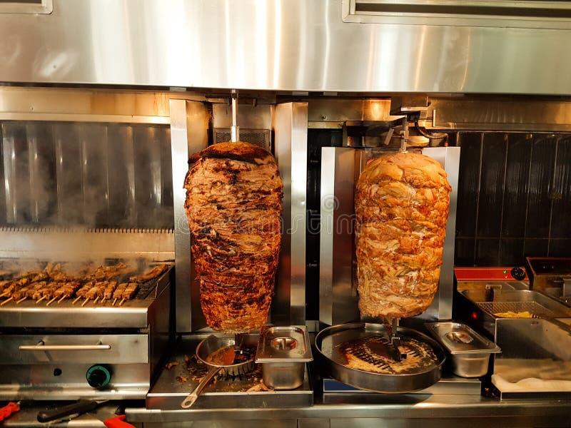 giros το κρέας ψήνεται στα ελληνικά γυροσκόπια ονόματος σχαρών στοκ φωτογραφία με δικαίωμα ελεύθερης χρήσης