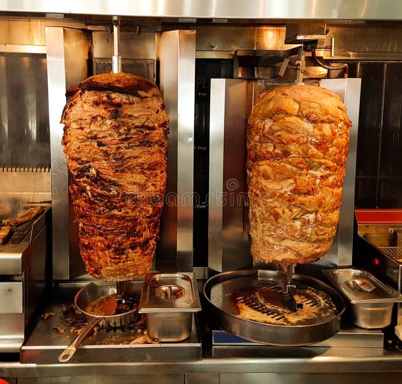 giros το κρέας ψήνεται στα ελληνικά γυροσκόπια ονόματος σχαρών στοκ εικόνες