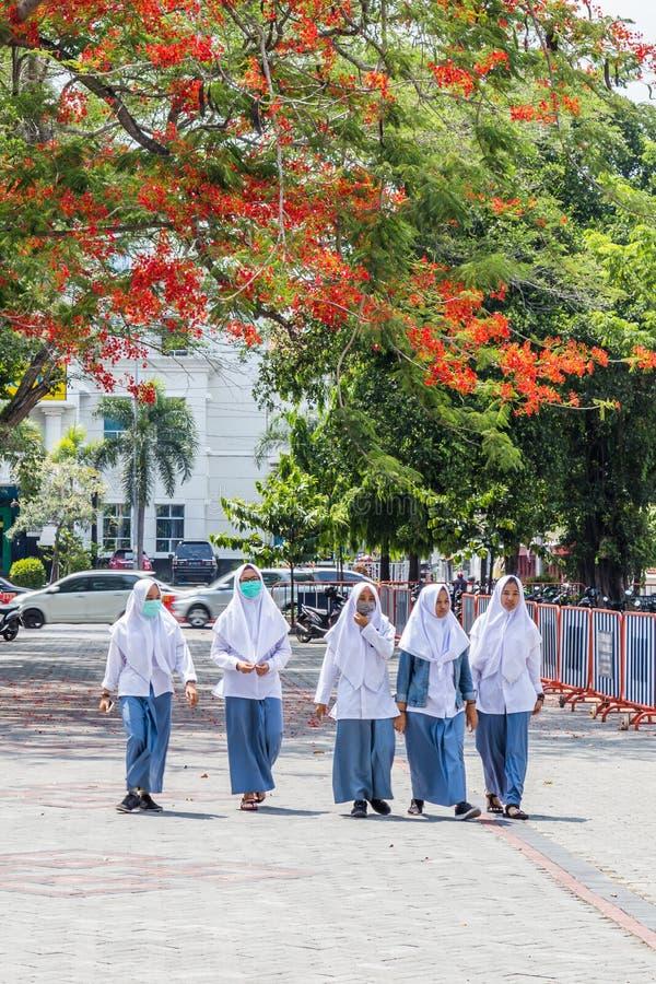 Girsl de la escuela adentro a solas, Indosia foto de archivo