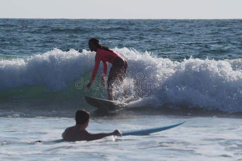 Girsl de surfer de plage de Venise photos stock