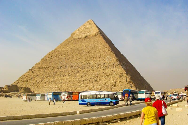 Giseh, Ägypten - 20. Oktober 2009: Touristen auf einem Ausflug der Pyramiden von Giseh stockfotografie