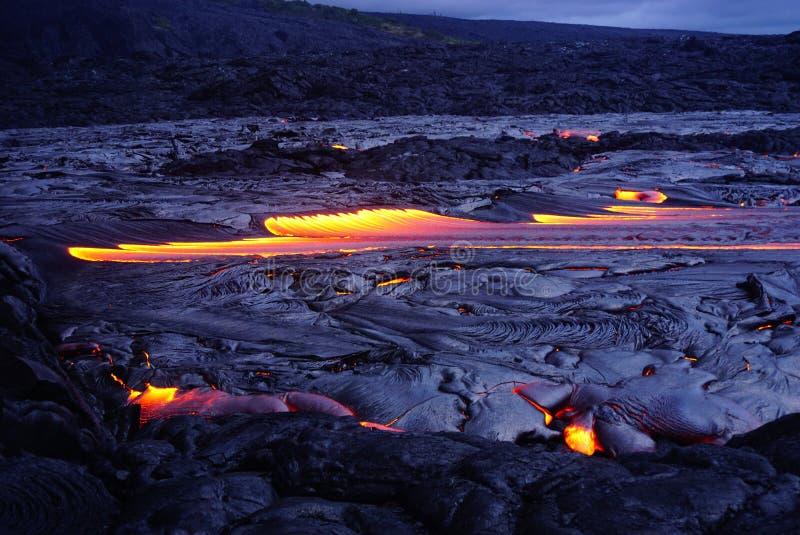 Gisement de lave avec de la nouvelle lave en Hawaï image libre de droits