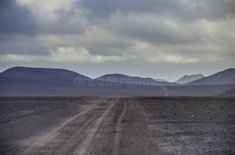 Gisement de lave couvert par les cendres noires avant vallée volcanique dans le LAN photos libres de droits