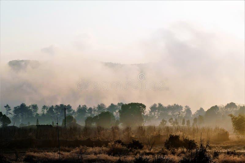 gisement de nuages dans le lever de soleil photographie stock